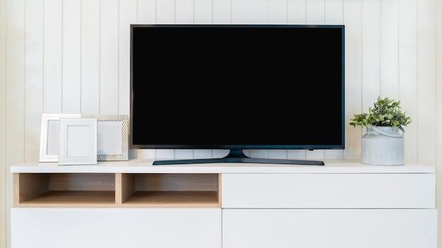 빈 화면 모의 tv가 있는 tv. 현대 거실의 캐비닛에 있는 텔레비전.