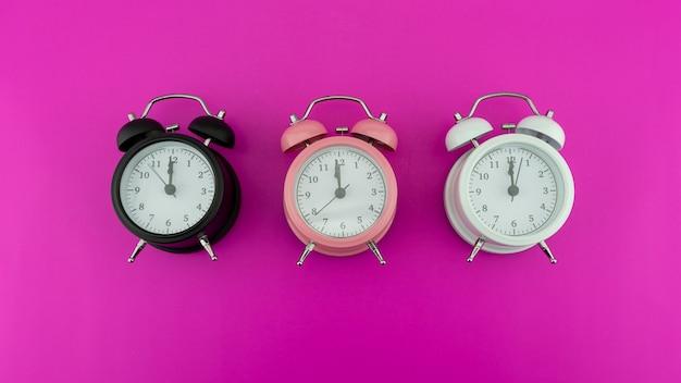 자정 사랑스러운 새해 축하 개념 새해 복 많이 받으세요 2022 배경을 나타내는 아름다운 3개의 알람 시계의 얼굴의 새해 전날 12시