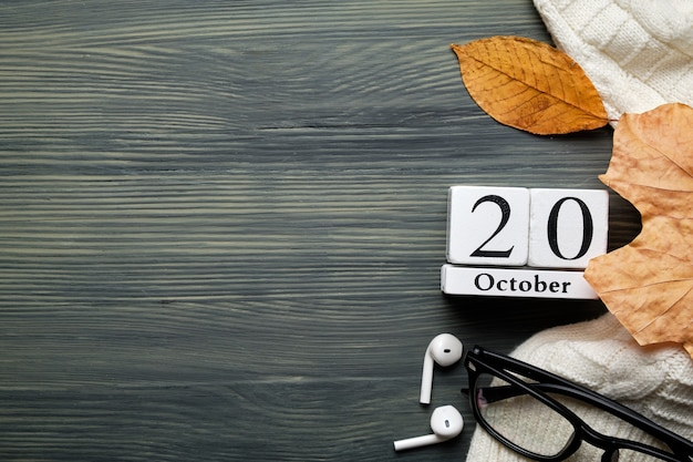 Двадцатый день осеннего календарного месяца октября с копией пространства.