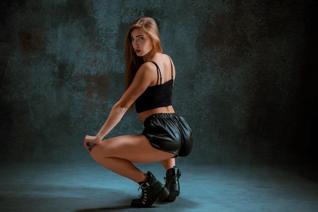 Twerk iat the blueを踊る魅力的な女の子