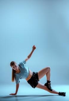 スタジオでtwerkを踊る魅力的な女の子