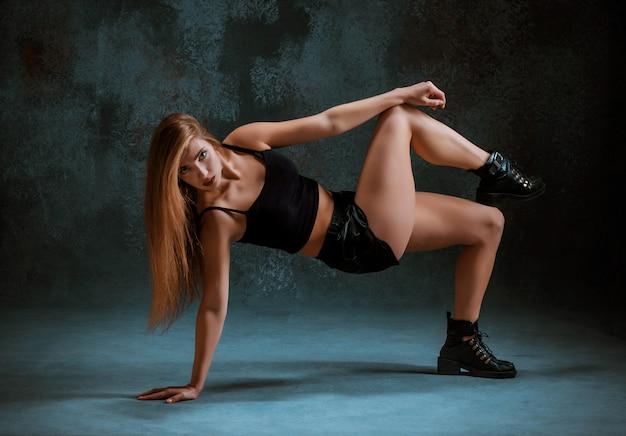 Twerkを踊る魅力的な女の子