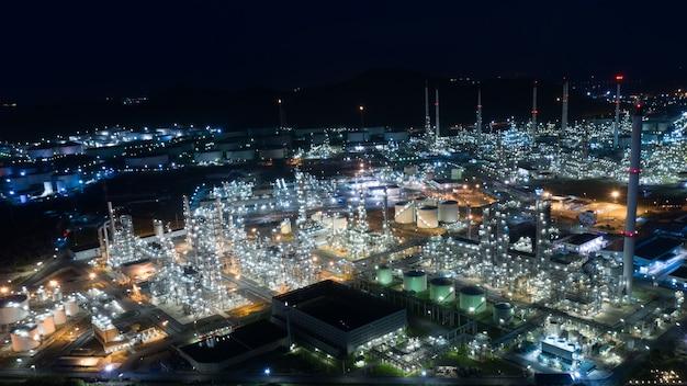Сумерки с видом на город и ландшафт нефтеперерабатывающего завода и сжиженного нефтяного газа в таиланде