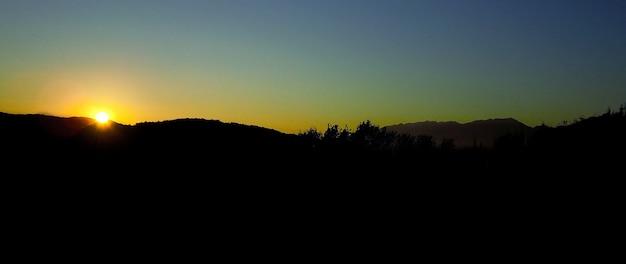春のイタリアの丘の夕暮れ