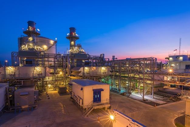 発電所、天然ガス複合サイクル、ガスタービン発電機およびスタックの夕暮れの写真