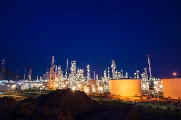 黄昏時の石油化学産業の石油精製プラントと貯蔵白タンク油の黄昏シーン