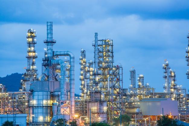 황혼의 시간에 석유 화학 산업의 정유 공장의 황혼 장면