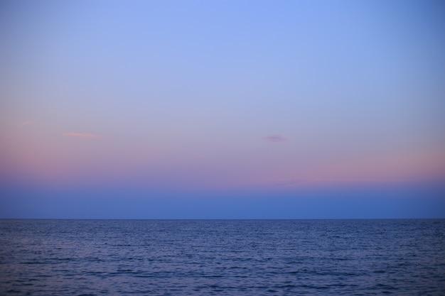 Сумерки на море в районе таррагоны таррагона в каталонии, испания