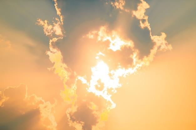 夕暮れの空の背景。カラフルな夕焼け空と雲。