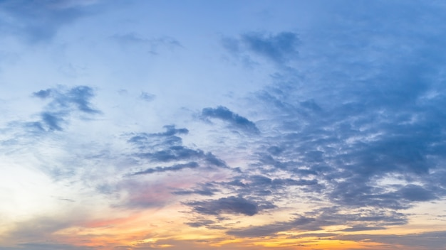 雲と日の出前の朝の夕暮れの空