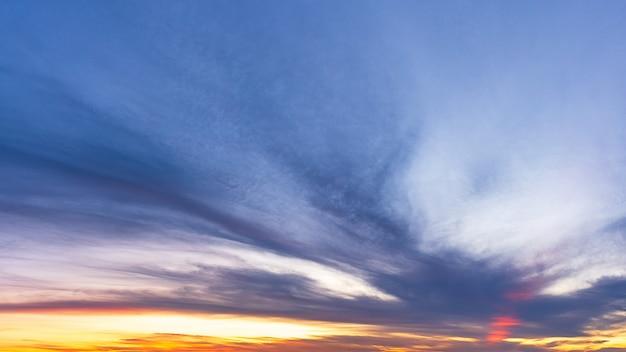 夕暮れの空、日光と雲、パノラマの自然の背景