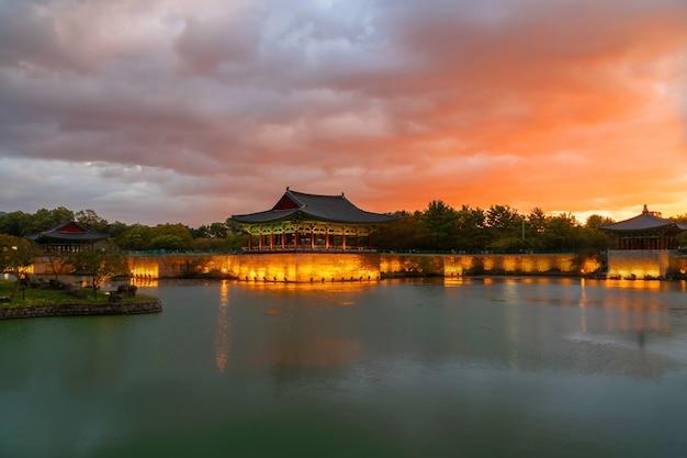 Сумеречный закат во дворце донгун и пруд вольджи в национальном парке кёнджу, южная корея