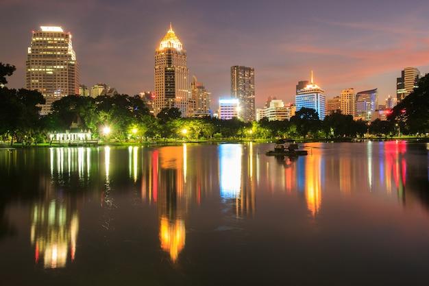Деловой район городской пейзаж из парка с twilight time от парка лумпини, бангкок, таиланд