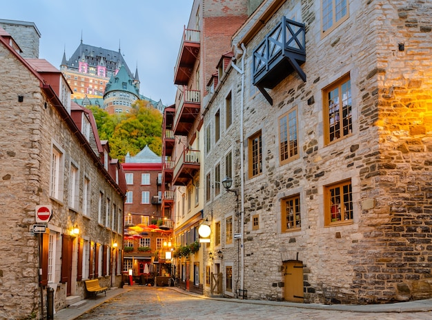 Сумерки, вид на улицу рю дю пети-шамплен в нижнем городе старого города квебека в квебеке, канада