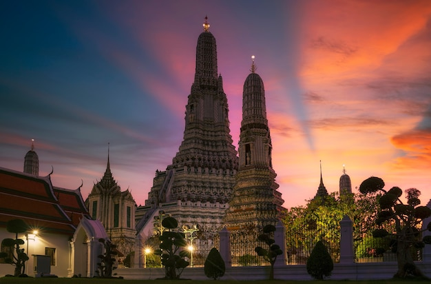 Twilight view of wat arun ratchawararam temple