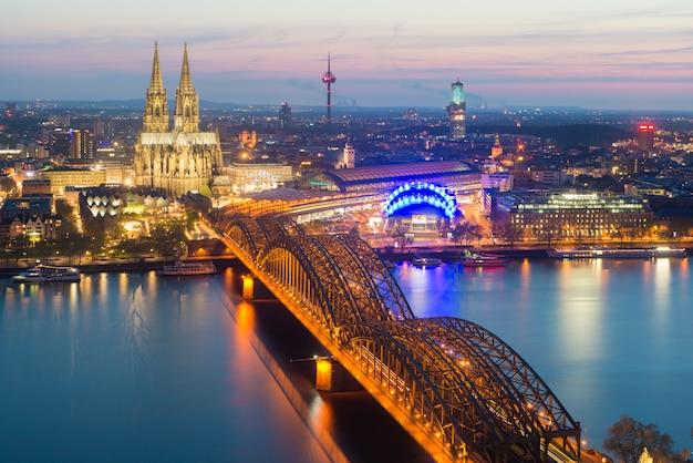 Изображение кельна с собором кельна во время twilight голубого часа в германии.