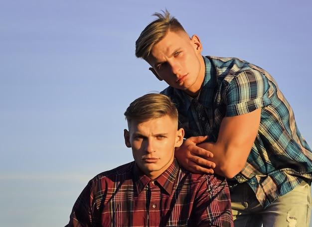 쌍둥이 형제 남자 야외, 관계.