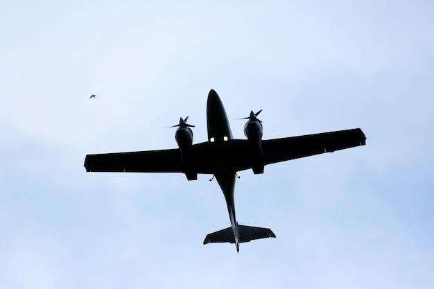 하늘을 나는 쌍발 경비행기