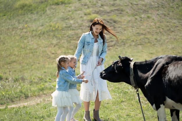 Сестры-близнецы с их красивой матерью в сельской местности