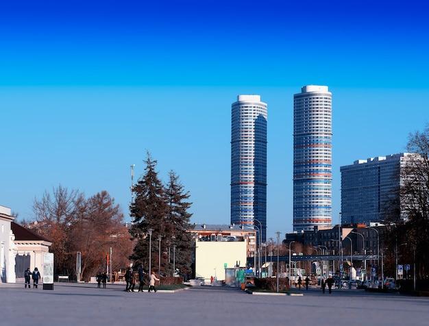 Vdnkh 모스크바 도시 배경에서 쌍둥이 고층 빌딩