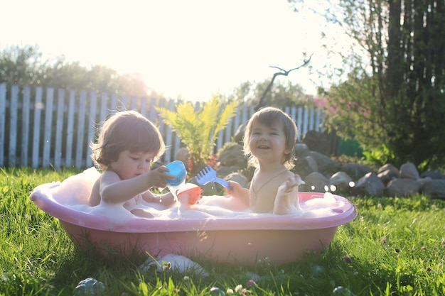 야외 목욕 물에 쌍둥이 소년과 소녀