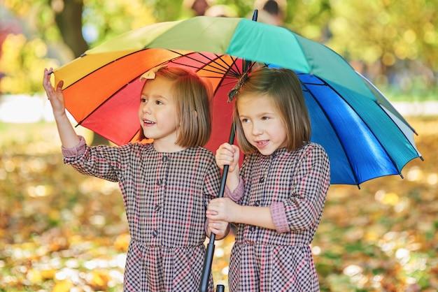 우산을 쓰고 피난처를 찾는 쌍둥이