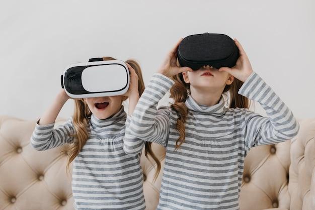 Близнецы с помощью гарнитуры виртуальной реальности