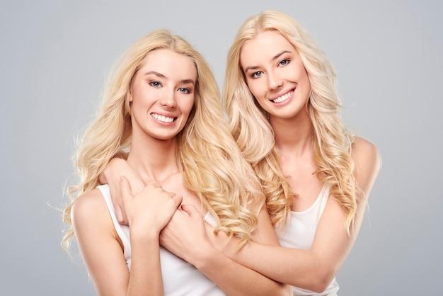 互いに非常に近い双子