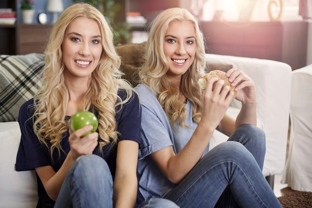 栄養へのアプローチが異なる双子