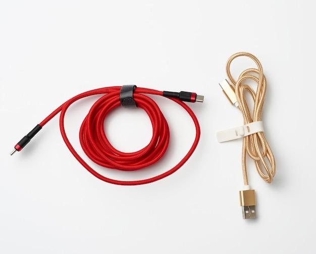 Витой кабель для зарядки мобильных устройств в красной и золотой текстильной упаковке