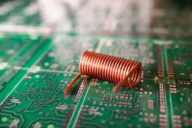ツイスト銅線はグリーンチップ上にあります。コンピュータハードウェアの概念。ラップトップコンピュータとデジタル技術の生産のための工場