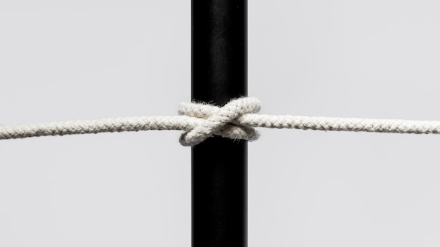 Corda di cotone ritorto che circonda una barra nera