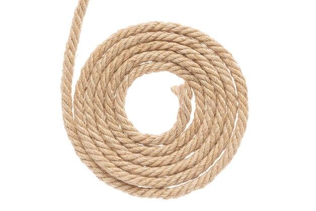 Скрученная джутовая веревка. отдельный на белом фоне.