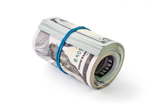 Скрученные деньги валюта долларов, изолированные на белом