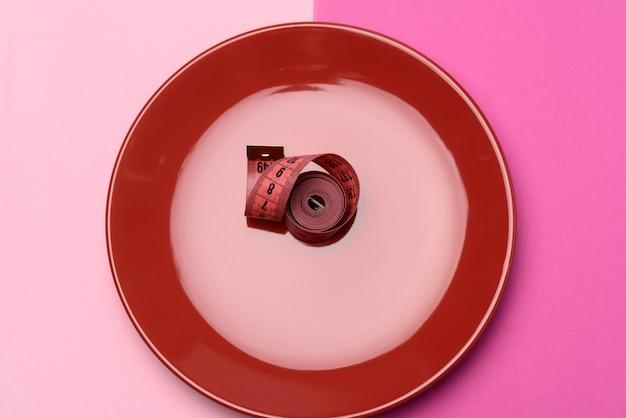 접시에 꼬인 빨간 센티미터