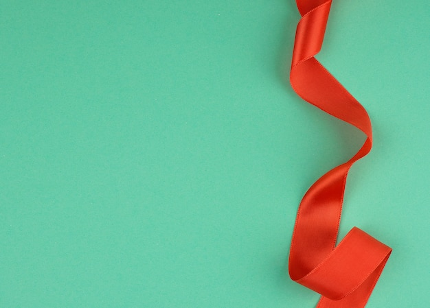 Twisted red silk ribbon, green, top view