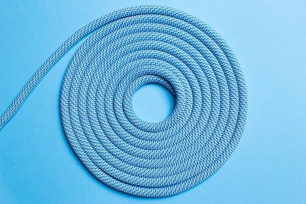 青い背景のツイストロープ。