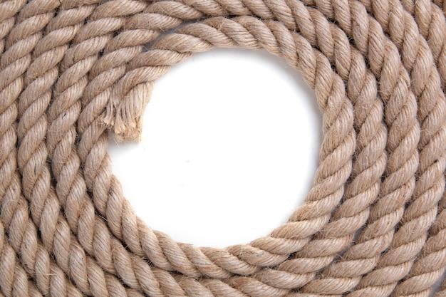 Скрученная веревка на белом пространстве. вид сверху.