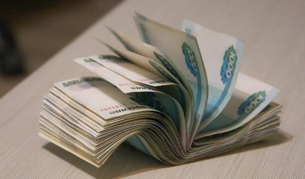 Скрученная пачка денег, упаковка банкнот