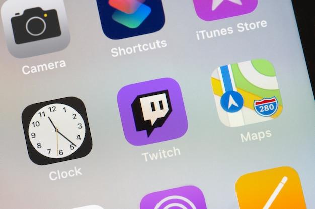 Логотип twitch на экране смартфона крупным планом