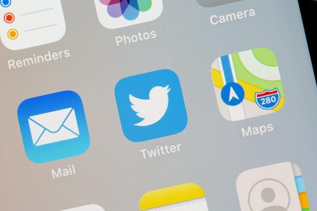 화면 스마트폰 근접 촬영에 트위터 로고