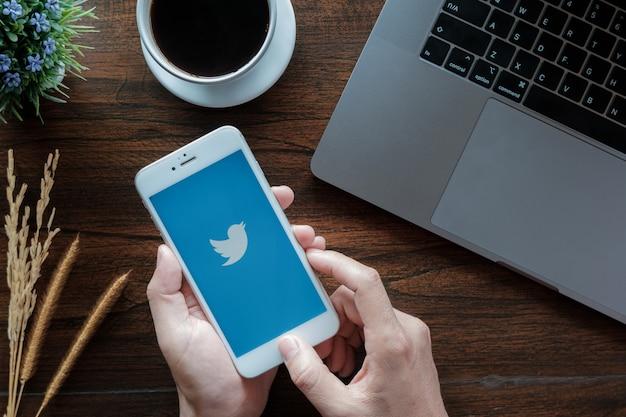 Логотип twitter на экране.