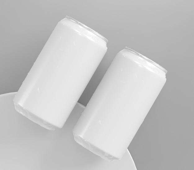 Две абстрактные алюминиевые банки для презентации напитков