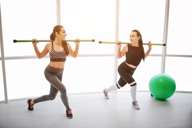 피트 니스 룸에서 운동 두 활성 젊은 여성