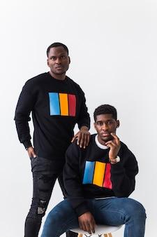 黒のスタイリッシュなスウェットシャツを着た2人のアフリカ系アメリカ人の若い男性