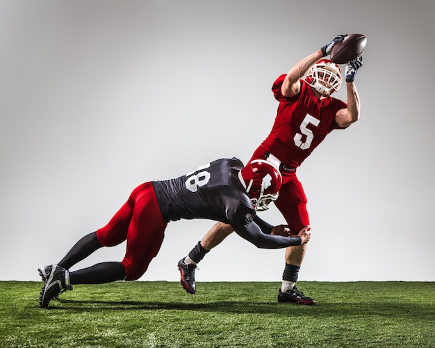 Due giocatori di football americano in azione