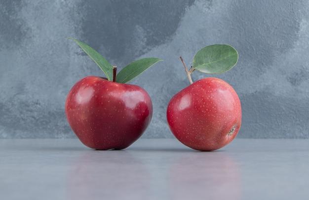 대리석에 두 개의 사과가 전시되어 있습니다.