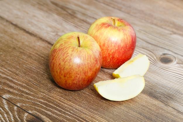 Два яблока на деревянном столе с видом сверху