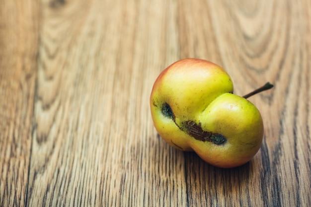 1つに成長した2つのリンゴ