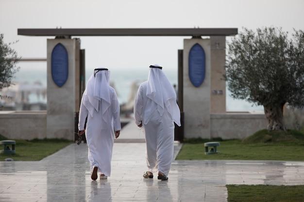 街を歩いている2人のアラブ人